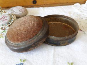 Bruinkolen briketten, speldenkussen, speldenblikje